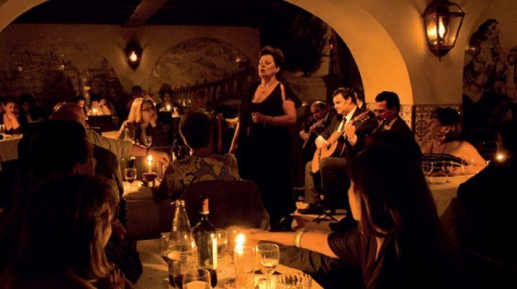 Concert de Fado dans un restaurant éclairé à la bougie
