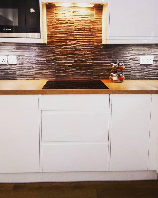 An early kitchen fitting 🍾🔨 ° #kitchenfitter #joinery #homedecor  #kitchendesign #buildersofinsta #homedesign #interiordesign #diy #propertydevelopment #homeideas