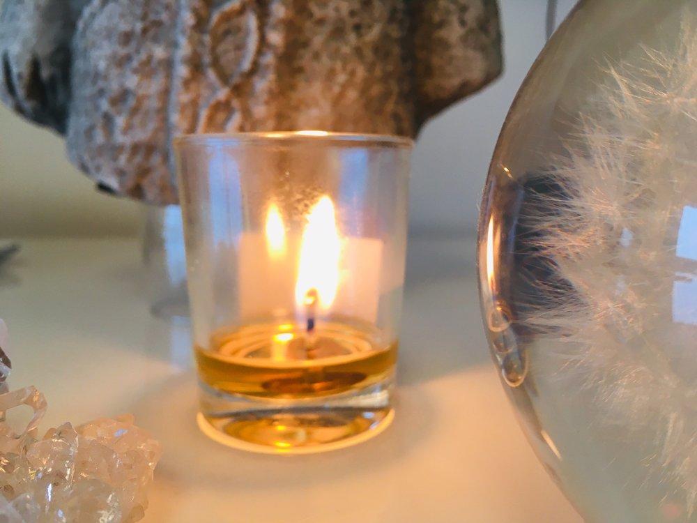 Une bougie  Mindful Candle , 6 heures de méditation en lumière et en senteur. Cire 100% organique.