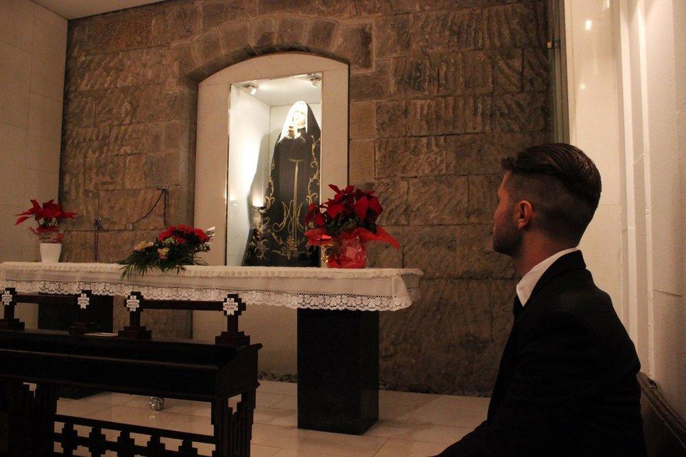 El artista  Abel Azcona fotografiado con cámara oculta en el interior de una de las iglesias en  Pamplona .