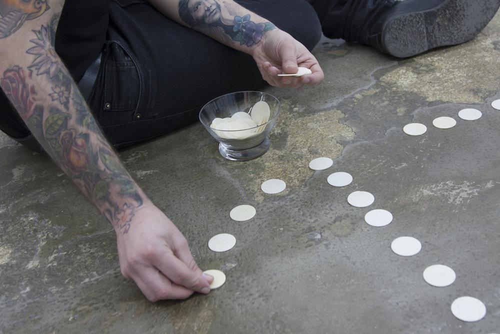 Performance inicial donde el artista  Abel Azcona realiza la instalación en  Galería Alicia Hevia de Madrid.