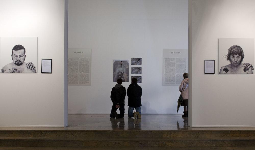 Dos menores orando delante de la pieza. Fotografía cedida al proyecto Amén por  Diario de Noticias de Navarra © Unai Beroiz