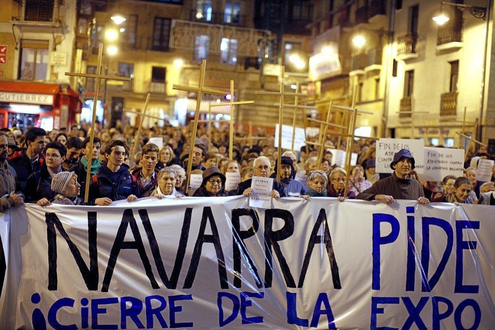 Primera concentración contra la muestra de  Abel Azcona . Cedida al proyecto  Amén por  Diario de Noticias de Navarra © Iban Aguinaga.