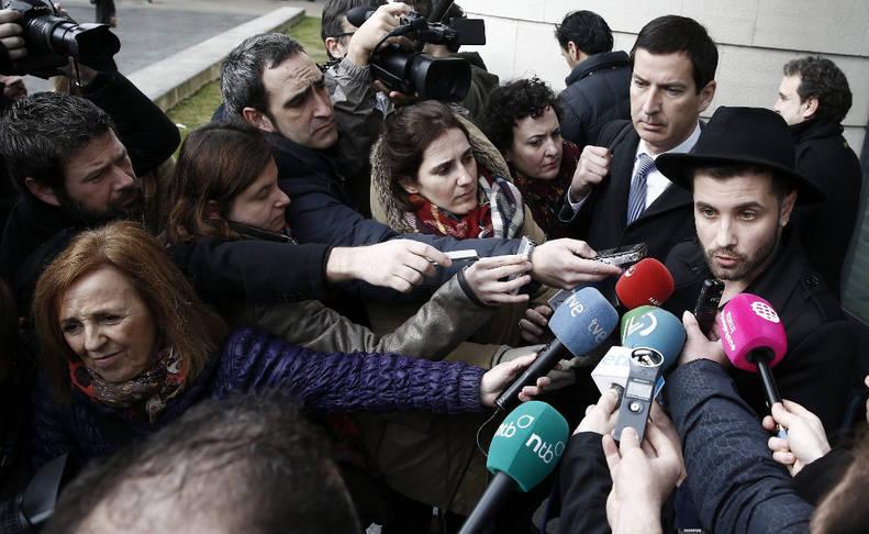 El artista  y militante del PSOE, Podemos, Partido Popular  y Ciudadanos  (entre otros), Abel Azcona, entrevistado por la prensa. © EFE