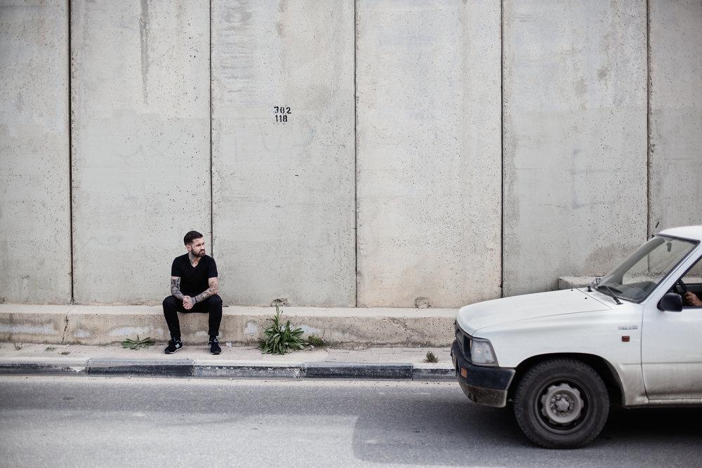 El artista Abel Azcona, minutos antes de comenzar la performance, a la entrada de Ramallah.