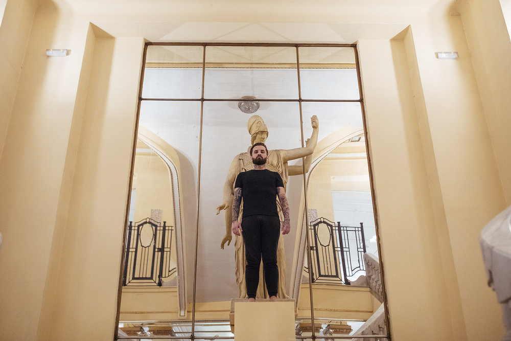 El artista Abel Azcona al inicio de la performance, en la entrada del Círculo de Bellas Artes de Madrid.