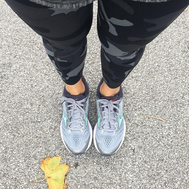 It's fall.  I can tell by the 🍁 • And by the most comfortable workout leggings ever. • And by my desire to run a little more because, while I run, I am not a runner. 🏃🏼‍♀️ There is a distinction.  I don't love it but I do love the feeling when I'm done.  And most of my runs are actually walk/runs. • Here's an awesome way to get a quick 30 minute run/walk sesh either outside or on the treadmill: 👉🏻alternate between walking and running like this- 5 min walk, 5 min run, 4 min walk, 4 min run....you get the idea....until you hit 1 min 👉🏻every interval you run, increase your speed a little so that by the 2 min & 1 min runs you are at a sprint or close to. • I'm not a certified trainer so keep that in mind. Just sharing what I like to do and challenging you to move your body💪🏼