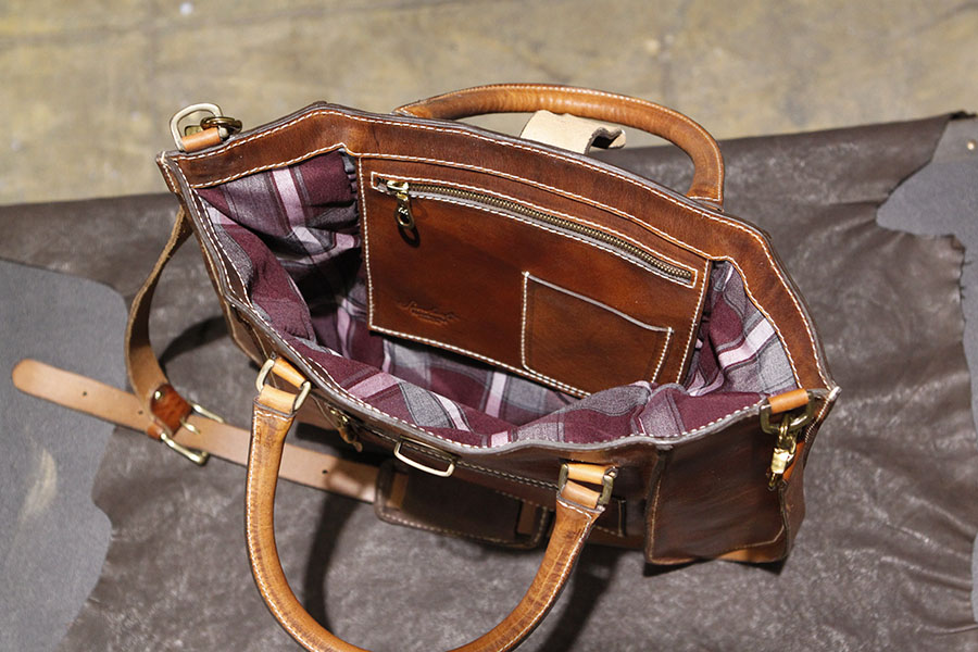 Interior : Signature Plaid lined. Leather zipped pocket