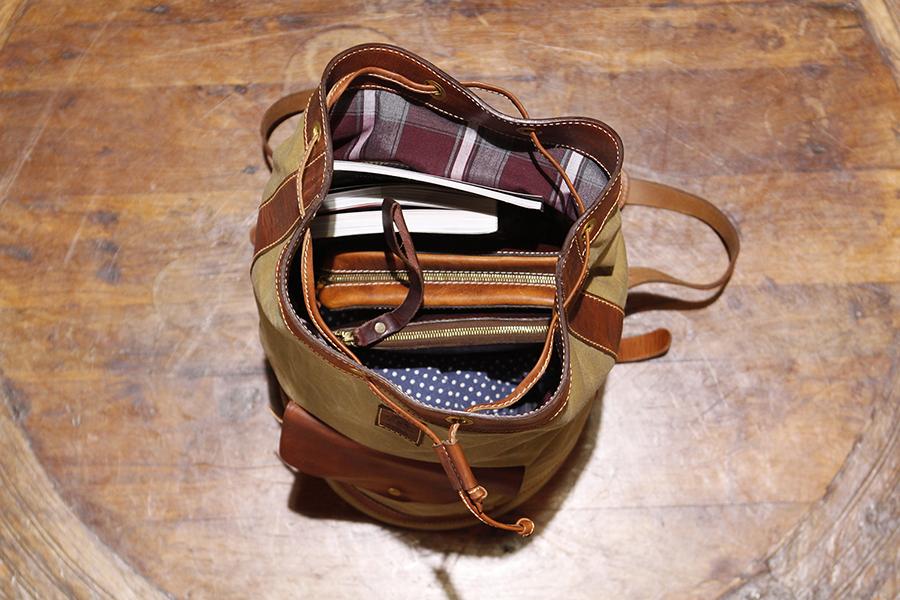 Interior : Signature plaid lined & zipper pocket