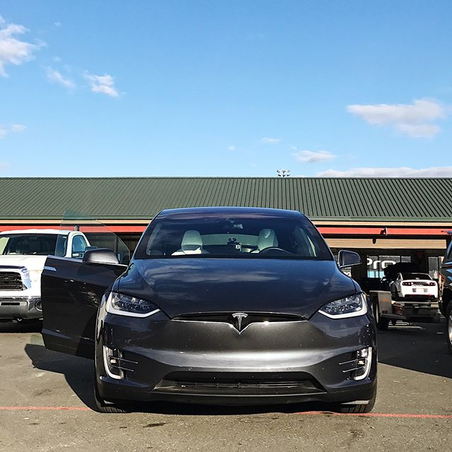Business in the front, party in the back. . . . #speedsf #speedsfchallenge #sonoma #raceway #sonomaraceway #bmw #m3 #e36 #tesla #modelx #teslamodelx #electriccar #gascar #motorsports #towing #aerovault