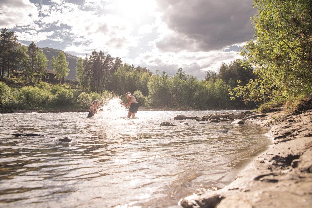 Elva renner forbi like ved campingen