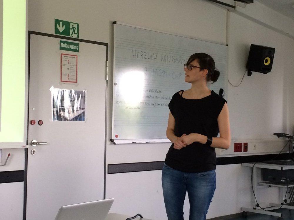 Monika Schoop begrüßt die TeilnehmerInnen