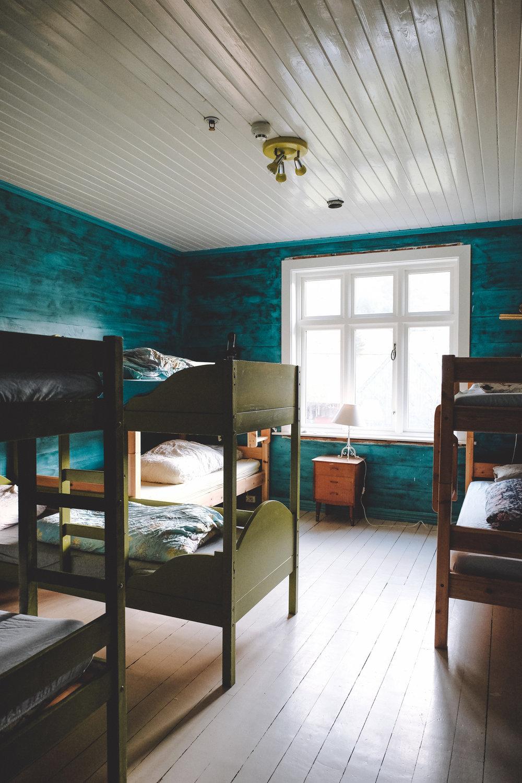 Grønne rommet  Grønne rommet har 4 køyesenger, og plass til 8 personer totalt. Fungerer som sovesal, der du kan reservere en seng.