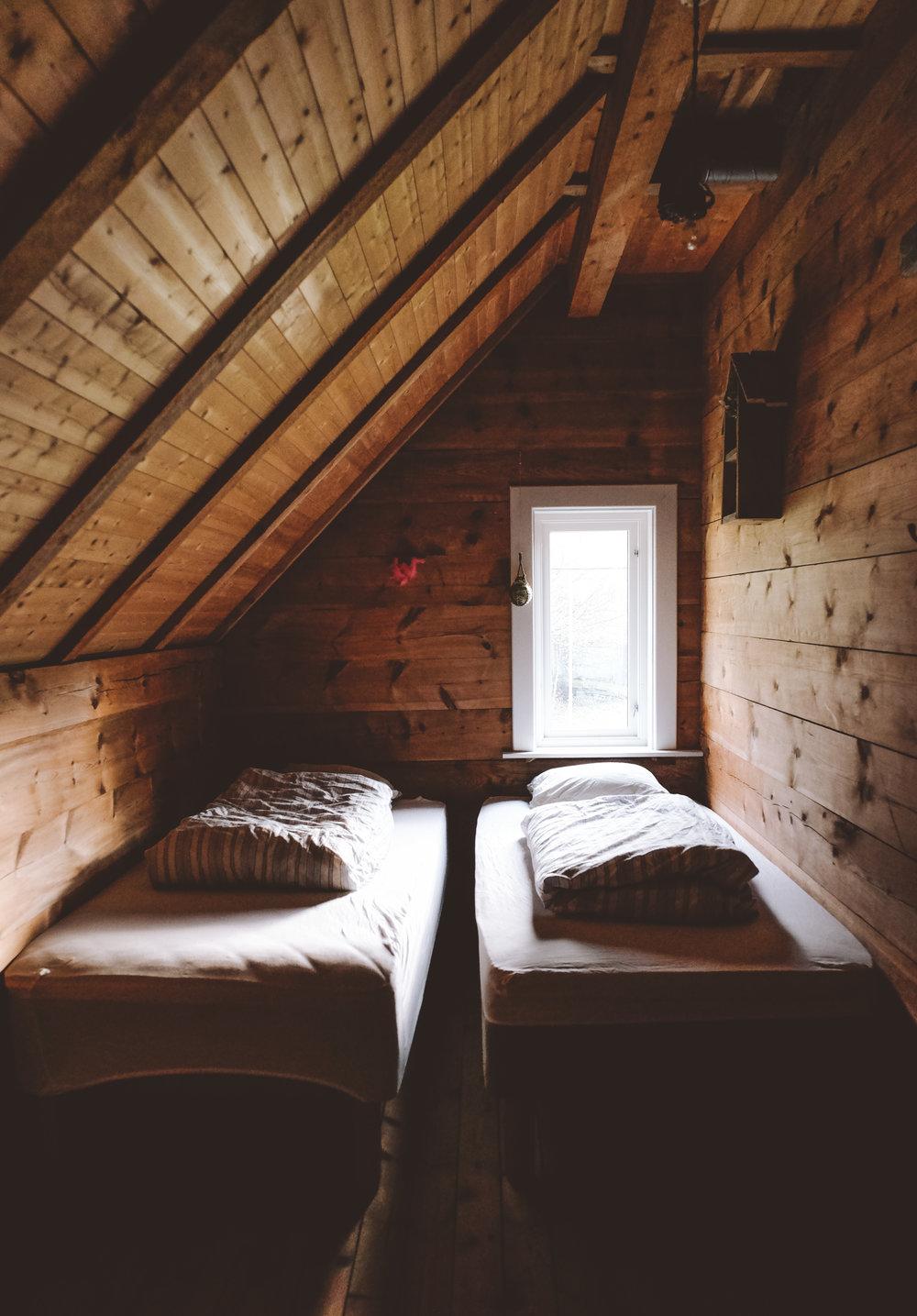 Kittils rom  Koselig hjørnerom, med utsikt mot fjellene innover i bukten. Plass til 2 personer – dobbeltseng eller enkeltsenger.