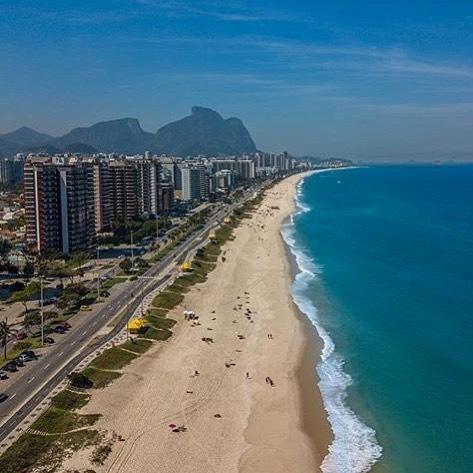 """¡Feliz viernes desde Rio de Janeiro! 🌸🌈 La """"ciudad maravillosa"""" que cuenta con más de 240 kilómetros de costa y vistas tan impresionantes como esta... (📸 @braziliansight ) . . . . . #Coworld #BeCoworld #trabajarydisfrutar #trabajaryviajar #instagood #instatravel  #traveltheworld  #viajarporelmundo #liveanywhere #workeverywhere #retiro #freelance #emprendedores #nomadadigital #brasil #riodejaneiro #barradetijuca"""