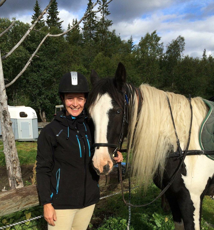 Tonje Westby falt av en hest som ble skremt, fikk en hjerneblødning, ble lagt i koma og har fått en hjerneskade. Plutselig var hun satt på sidelinjen.  -