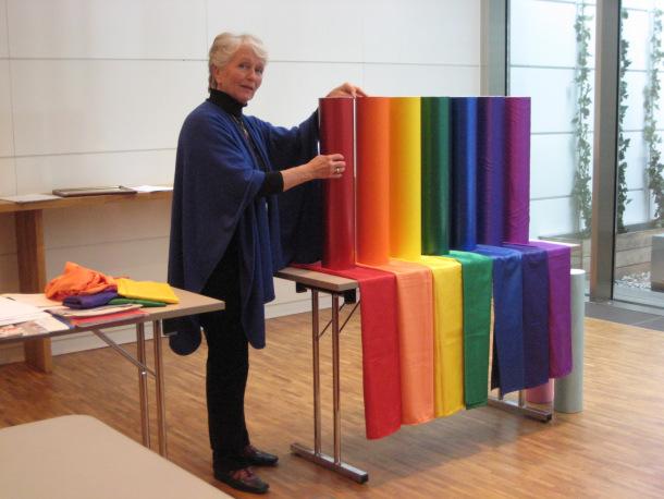 """- Tove Steinbo er fargekspert, har skrevet boken """"Fargene forteller"""" og har bloggen www.fargeneforteller.blogspot.com. Hun har også et forhold til farger knyttet til vår psykiske og fysiske helse."""