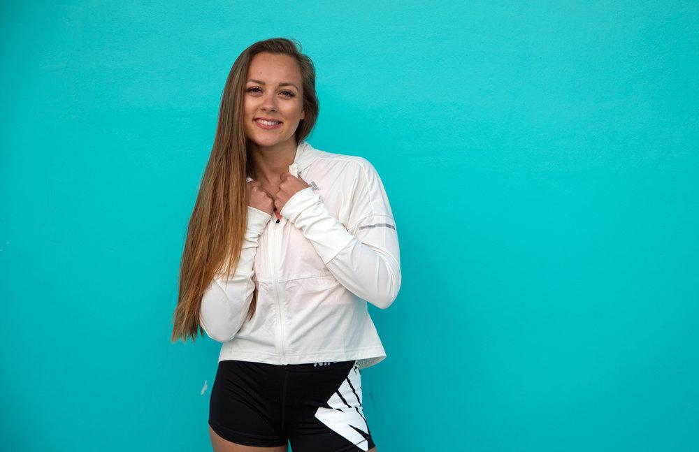 Hanna jobber som redaksjonssjef i Shape Up, personlig trener og TRX-instruktør. Hun har jobbet som gruppeinstruktør siden 2009, og høyintensiv sirkeltrening står hennes hjerte nærmest. Timene hennes består som regel av dundrende power-musikk og syrefester. Hallo endorfiner!  Følg henne på Instagram: @hannasundquist