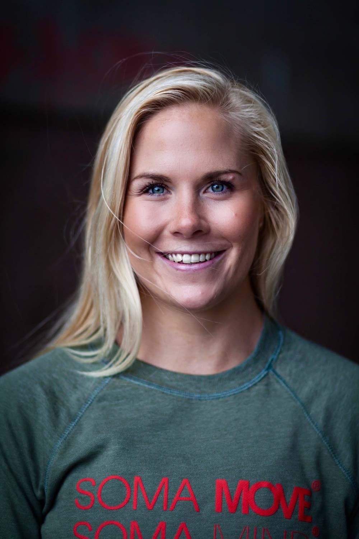 Eva Katrine Thomsen har en master i idrettspsykologi og coaching fra Norges Idrettshøgskole. Hun er også utdannet personlig trener fra NIH. Hun har 10 års erfaring fra treningsbransjen som gruppeinstruktør, personlig trener og foreleser ved NIH Aktiv. Til daglig driver hun sitt eget foretak, der hun underviser gruppetimer og kurs, jobber som konsulent for ulike treningssentre og foreleser for studenter ved NIH Aktiv. I tillegg arrangerer hun treningsreiser i samarbeid med Ving Norge AS, skriver artikler for Trening.no og er en kjent presentatør ved NIH Aktiv Convention. Hun er utdannet yogalærer gjennom Global Yoga og er norsk agent for det svenske treningskonseptet SOMA MOVE®.Gruppetrening er Eva Katrines «hjertebarn» og store lidenskap. Hun underviser i en rekke ulike gruppetimer . Eva Katrines genuine engasjement og pedagogiske tilnærming får alle til å føle mestring, og timene hennes kjennetegnes av rå energi, høy treningseffekt og smittende treningsglede!  Følg henne gjerne på Instagram @evakatrineth