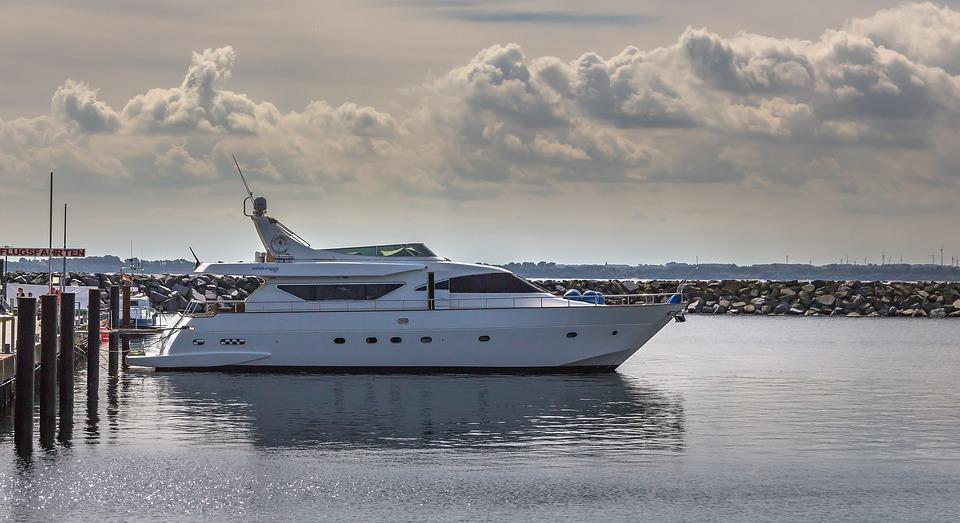 motor-yacht-2770341_960_720.jpg
