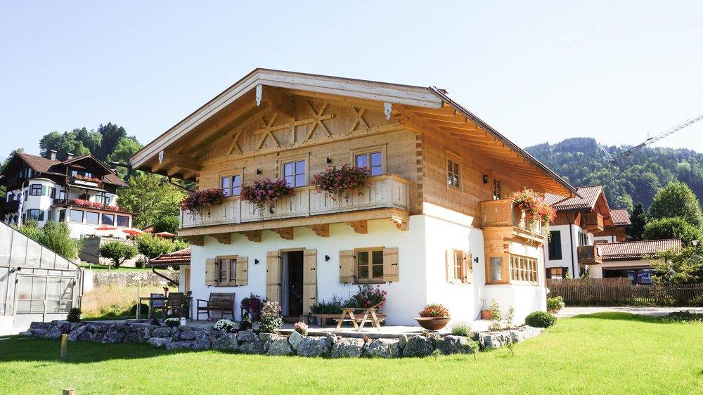 zimmerei-stoib-holzbau-holzhaus-blockhaus-traditionell-balkon-schliersee-01.jpg