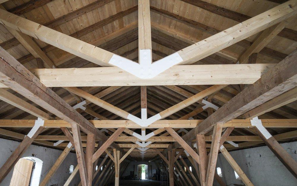 zimmerei-stoib-holzbau-holzhaus-gut-kaltenbrunn-tegernsee-festsaal-restaurant-sanierung-binderkonstruktion-käfer-rinderstall-08.jpg