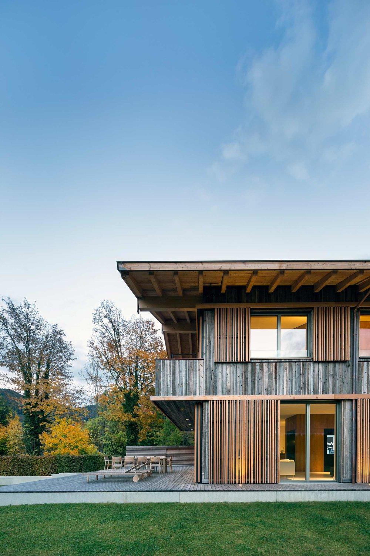 zimmerei-stoib-holzbau-holzhaus-holzarchitektur-tegernsee-modern-altholz-terrasse-schiebeläden-03.jpg