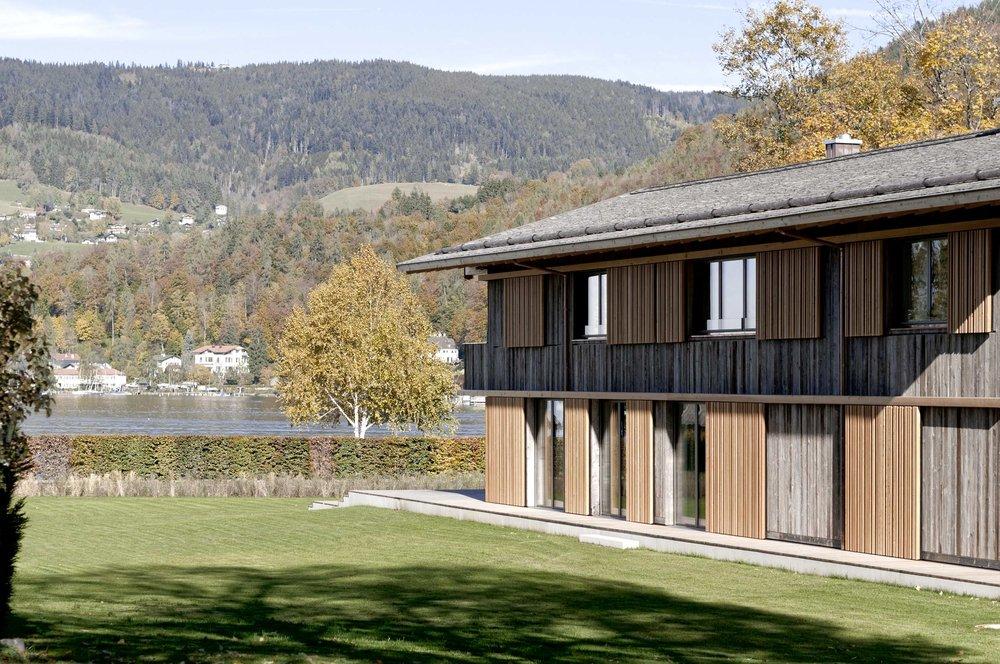 zimmerei-stoib-holzbau-holzhaus-holzarchitektur-tegernsee-modern-altholz-terrasse-schiebeläden-07.jpg