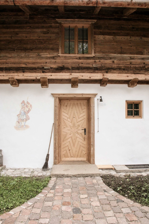 zimmerei-stoib-holzbau-holzhaus-blockhaus-altholz-teich-balkon-schindel-dach-fassade-eingangstür-traditionell-03.jpg