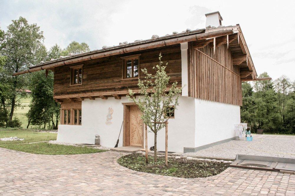 zimmerei-stoib-holzbau-holzhaus-blockhaus-altholz-teich-balkon-schindel-dach-fassade-terrasse-02.jpg