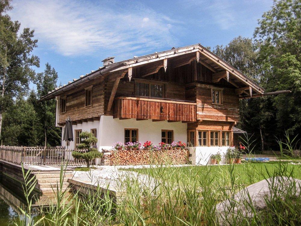 zimmerei-stoib-holzbau-holzhaus-blockhaus-altholz-teich-balkon-schindel-dach-fassade-terrasse-06.jpg