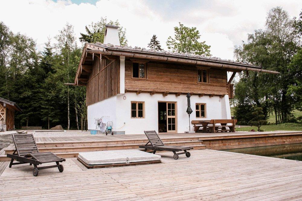 zimmerei-stoib-holzbau-holzhaus-blockhaus-altholz-teich-balkon-schindel-dach-fassade-terrasse-12.jpg