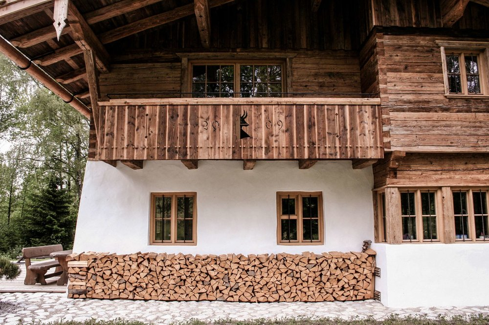 zimmerei-stoib-holzbau-holzhaus-blockhaus-altholz-teich-balkon-schindel-dach-fassade-terrasse-15.jpg