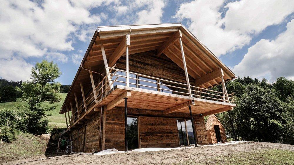 zimmerei-stoib-holzbau-holzhaus-chalet-altholz-balkon-modern-holzarchitektur-schindel-dach-fassade-terrasse-berge-02.jpg