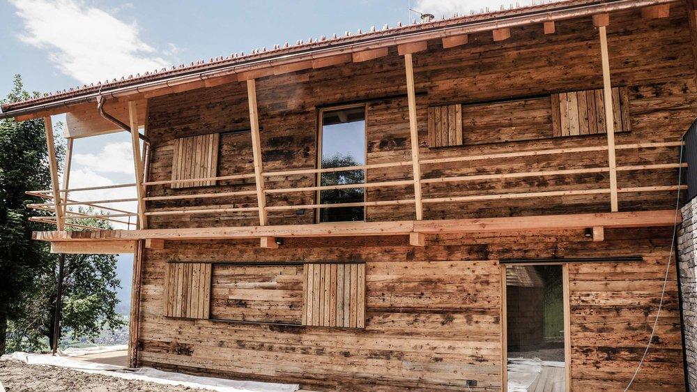 zimmerei-stoib-holzbau-holzhaus-chalet-altholz-balkon-modern-holzarchitektur-schindel-dach-fassade-terrasse-berge-04.jpg