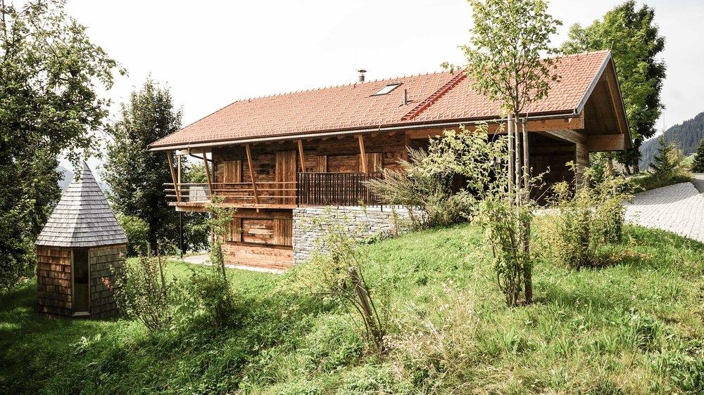 zimmerei-stoib-holzbau-holzhaus-chalet-altholz-balkon-modern-holzarchitektur-schindel-dach-fassade-terrasse-berge-11.jpg