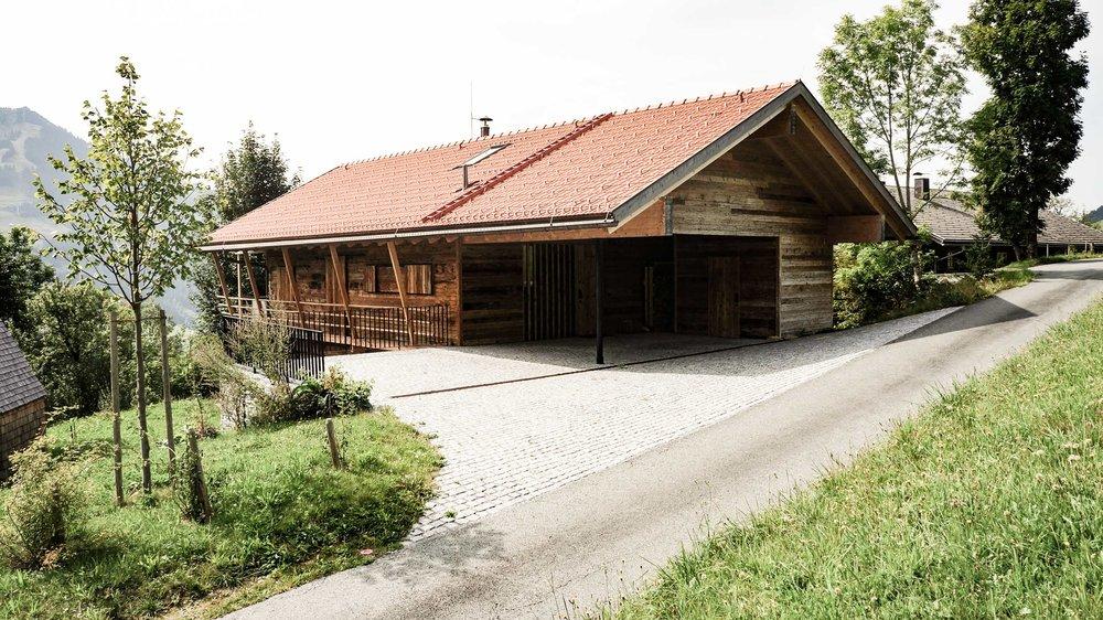 zimmerei-stoib-holzbau-holzhaus-chalet-altholz-balkon-modern-holzarchitektur-schindel-dach-fassade-terrasse-berge-12.jpg