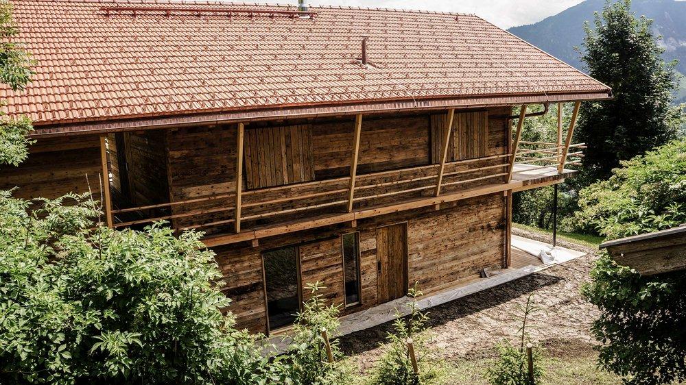 zimmerei-stoib-holzbau-holzhaus-chalet-altholz-balkon-modern-holzarchitektur-schindel-dach-fassade-terrasse-berge-schiebeläden-08.jpg