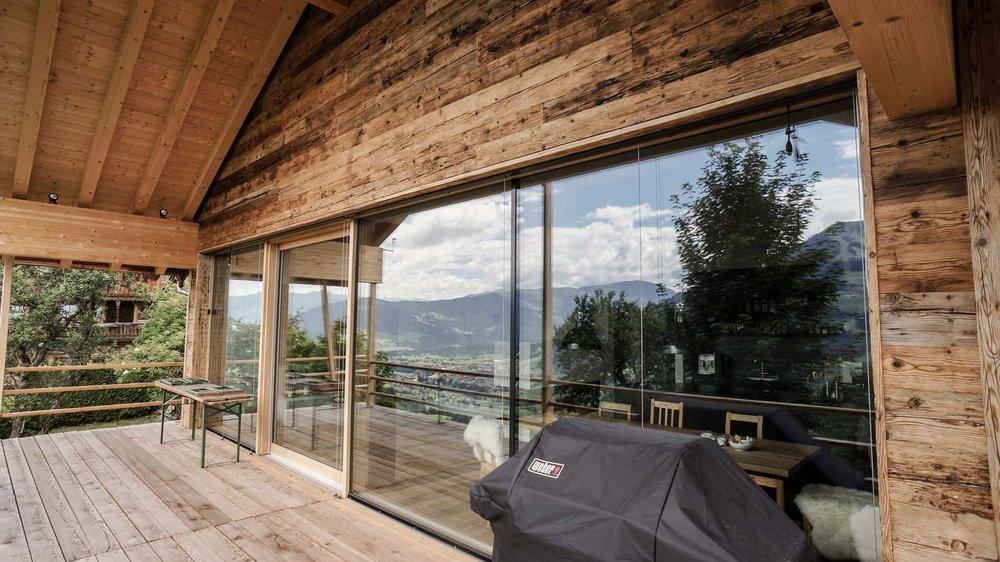 zimmerei-stoib-holzbau-holzhaus-chalet-altholz-balkon-modern-holzarchitektur-schindel-glasfront-fassade-terrasse-berge-06.jpg