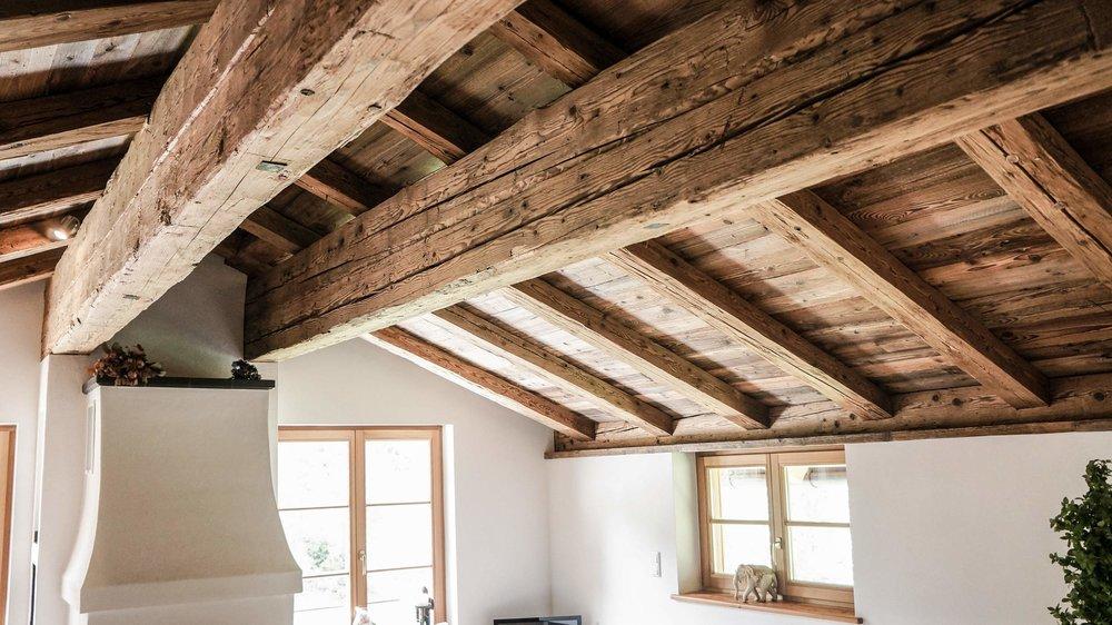 zimmerei-stoib-holzbau-holzhaus-altholz-fenster-blockbau-aussenschalung-tegernsee-wohnzimmer-dachstuhl-07.jpg