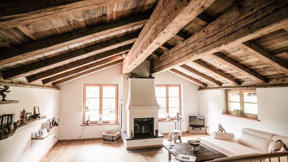 zimmerei-stoib-holzbau-holzhaus-altholz-fenster-blockbau-aussenschalung-tegernsee-wohnzimmer-dachstuhl-08.jpg