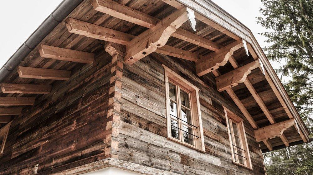 zimmerei-stoib-holzbau-holzhaus-altholz-fenster-blockbau-aussenschalung-tegernsee-wohnzimmer-dachstuhl-09.jpg