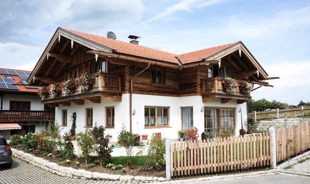 zimmerei-stoib-holzbau-holzhaus-altholz-fassade-blockschalung-balkon-dachstuhl-zaun-quergiebel-01.jpg
