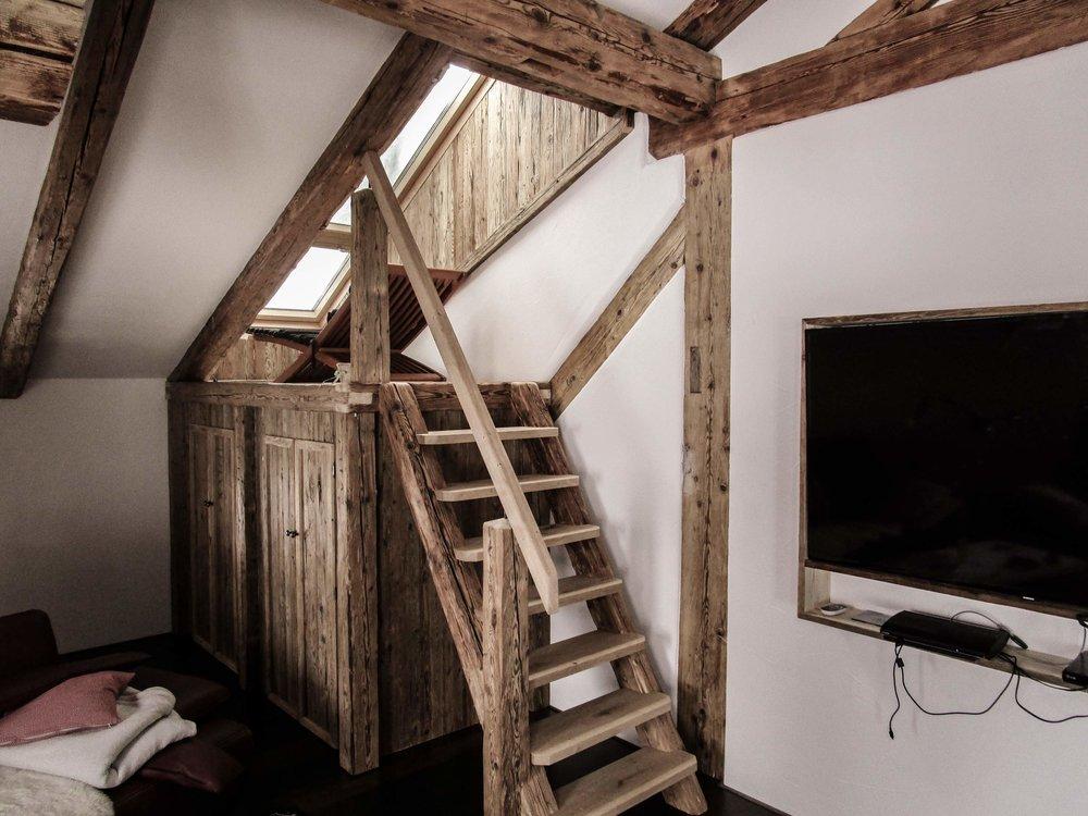 zimmerei-stoib-holzbau-holzhaus-innenausbau-altholz-treppe-dachstuhl-dachgeschoss-01.jpg