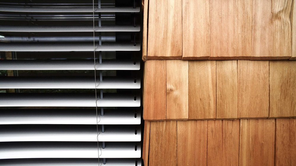 zimmerei-stoib-holzbau-holzhaus-schindel-fassade-modern-tegernsee-raffstore-06.jpg