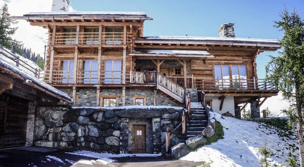 zimmerei-stoib-holzbau-holzhaus-chalet-schweiz-verbier-altholz-naturstein-glas-berge-traditionell-terrasse-01.jpg