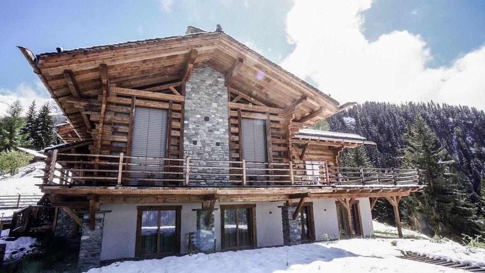 zimmerei-stoib-holzbau-holzhaus-chalet-schweiz-verbier-altholz-naturstein-glas-berge-traditionell-terrasse-02.jpg