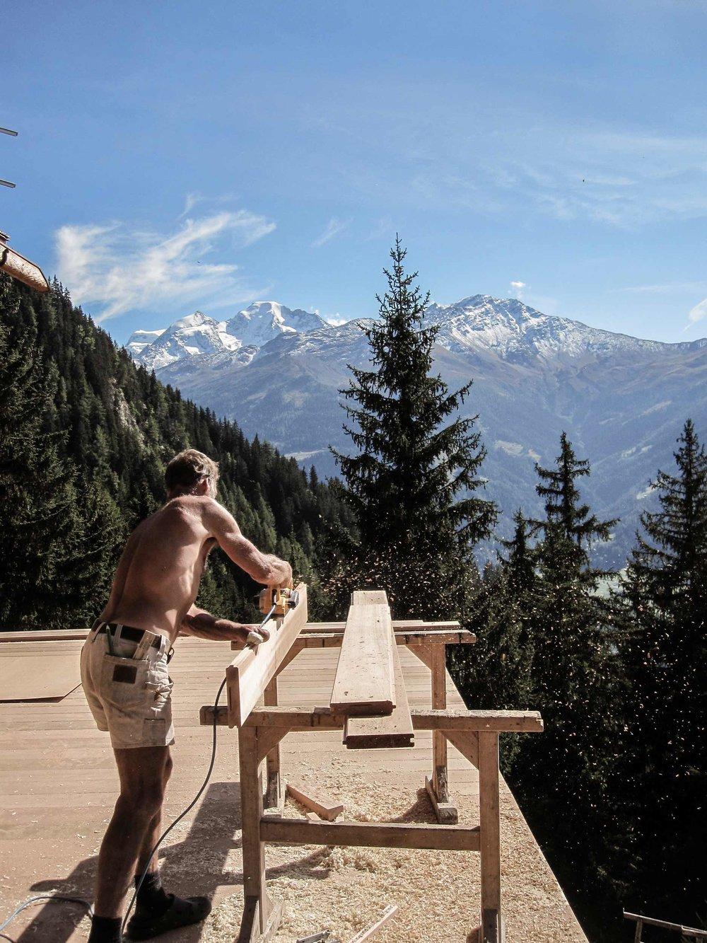zimmerei-stoib-holzbau-holzhaus-chalet-schweiz-verbier-altholz-naturstein-glas-berge-traditionell-terrasse-19.jpg