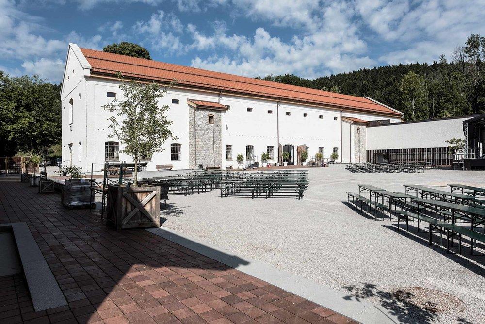 zimmerei-stoib-holzbau-holzhaus-gut-kaltenbrunn-tegernsee-festsaal-restaurant-sanierung-käfer-rinderstall-01.jpg