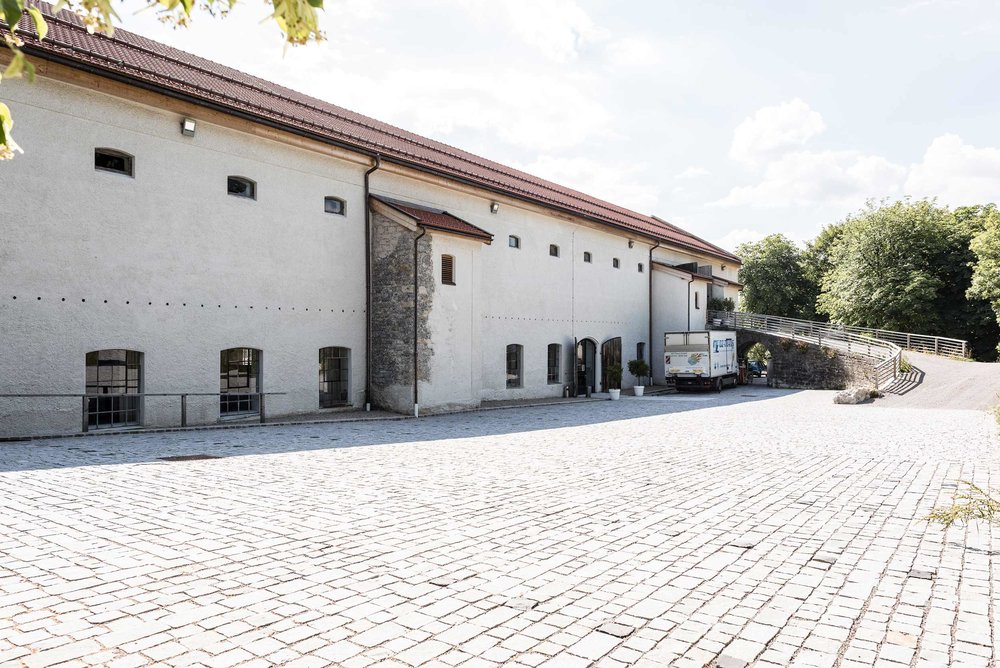 zimmerei-stoib-holzbau-holzhaus-gut-kaltenbrunn-tegernsee-festsaal-restaurant-sanierung-käfer-rinderstall-02.jpg